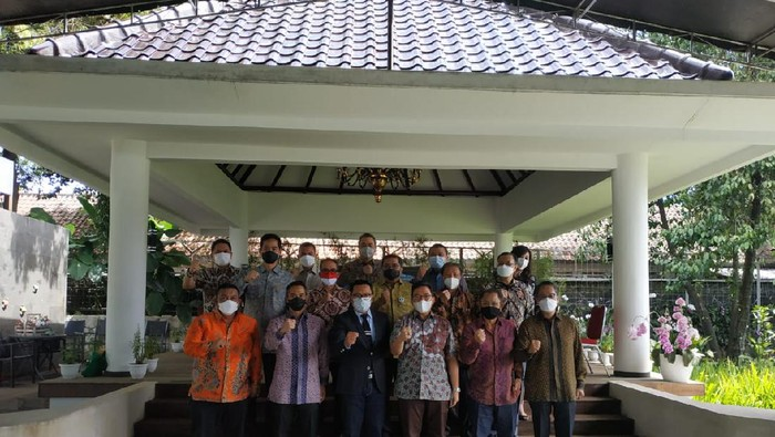 Ridwan Kamil bersama Anindya Bakrie berfoto bersama di Gedung Pakuan, Bandung.