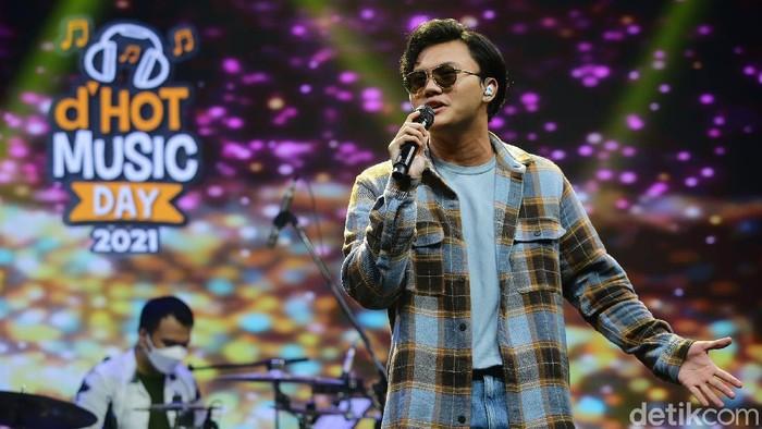 Rizky Febian saat tampil di acara dHOT Music Day 2021.