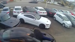 Duh! Maling Pura-pura Beli Mobil BMW, Sales Ditabrak Nemplok di Kap Mesin