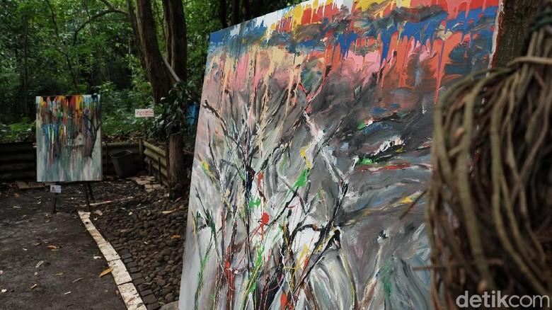 Di bawah pohon rindang hutan Babakan Siliwangi, belasan lukisan karya seniman maestro Hassan Pratama terpajang. Kanvas-kanvas dengan warna-warni seakan menghidupkan kembali suasana hutan yang bersebelahan dengan Sanggar Olah Seni.