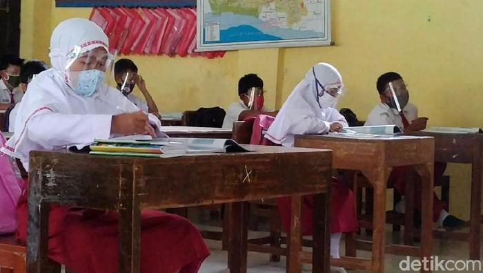 Setelah hampir setahun tak berangkat ke sekolah karena pendemi virus Corona, murid-murid di sebagian Kabupaten Batang, Jawa Tengah, sudah mulai belajar atau sekolah tatap muka hari ini. Salah satunya di SDN Pandansari yang mulai sekolah tatap muka dengan tetap menerapkan protokol kesehatan (prokes).