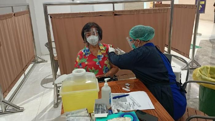 Vaksinasi Covid-19 untuk lansia di Lippo Mall Puri Kembangan, Jakbar.