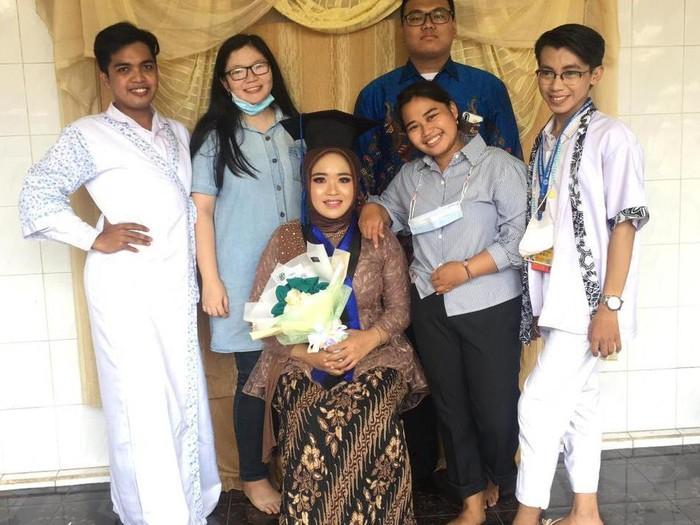Viral di TikTok, wanita ini usai wisuda online dapat kejutan oleh sahabatnya melakukan prosesi bak pernikahan.