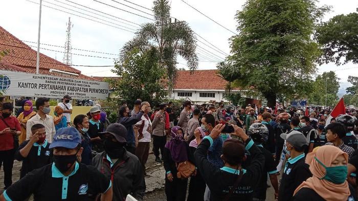 Warga terdampak proyek Bendungan Bener geruduk kantor BPN Purworejo