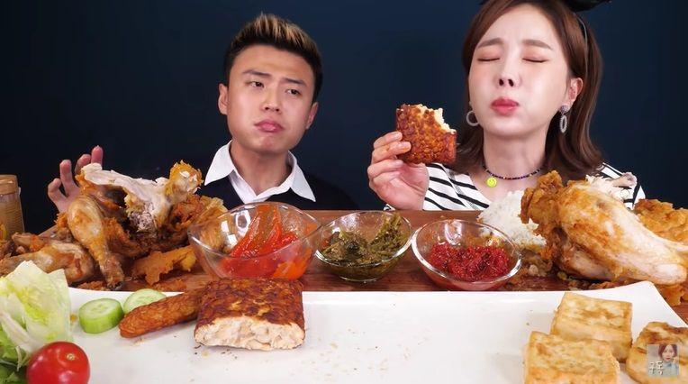 YouTuber Ssoyoung yang kontroversial mencoba makanan Indonesia. Ada soda gembira, tempe goreng, dan aneka sambal yang ia cicipi bersama Korea Reomit.