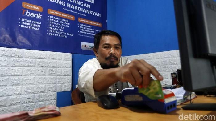 Anang adalah agen BRILink di wilayah pedesaan, Dusun Lasah, Desa Tawangargo, Kecamatan Karangploso, Kabupaten Malang. Ia senang dapat membantu warga sekitar.