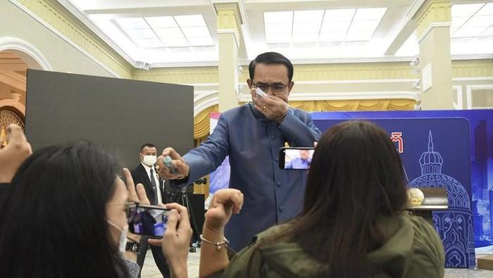 Aksi PM Thailand semprotkan disinfektan ke hadapan wartawan