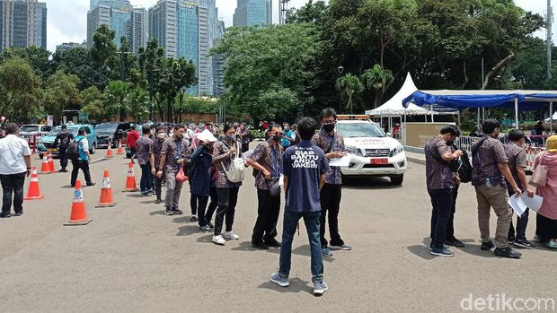 Antrean vaksinasi COVID-19 di Istora Senayan, GBK sempat tak jaga jarak