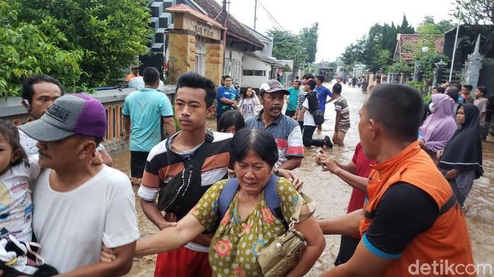 Warga dua desa di Kabupaten Probolinggo kembali diterjang banjir luapan Sungai Kedung Galeng. Ini merupakan banjir kali keempat dalam sepekan terakhir.