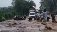 Banjir Luapan Sungai Kedung Galeng Bikin Macet Jalur Selatan Probolinggo