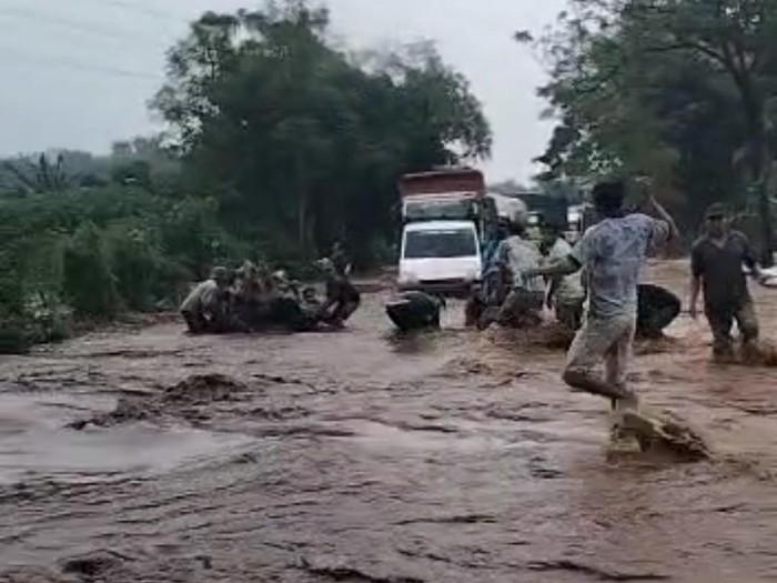 Sungai Kedung Galeng kembali meluap hingga banjir melanda 4 desa di Kecamatan Dringu. Selain itu, luapan sungai juga menyebabkan kemacetan di jalur selatan Probolinggo.