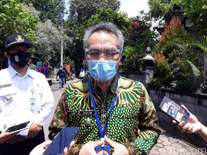 Bupati Bantul Abdul Halim Muslih saat memberikan keterangan soal vaksinasi massal