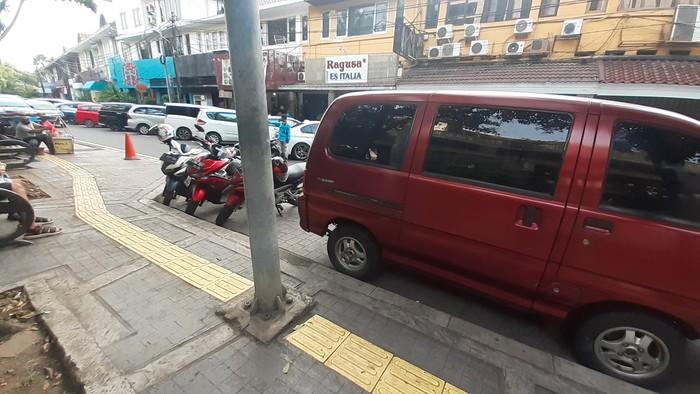 D Jl Veteran I Jakarta Pusat, guding block terhalang oleh tiang lampu Penerang Jalan Umum (PJU).
