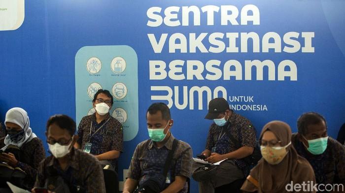 Sejumlah pegawai BUMN mendatangi kawasan Senayan, Jakarta, untuk menjalani vaksinasi COVID-19. Vaksinasi virus Corona tersebut digelar di Istora Senayan.