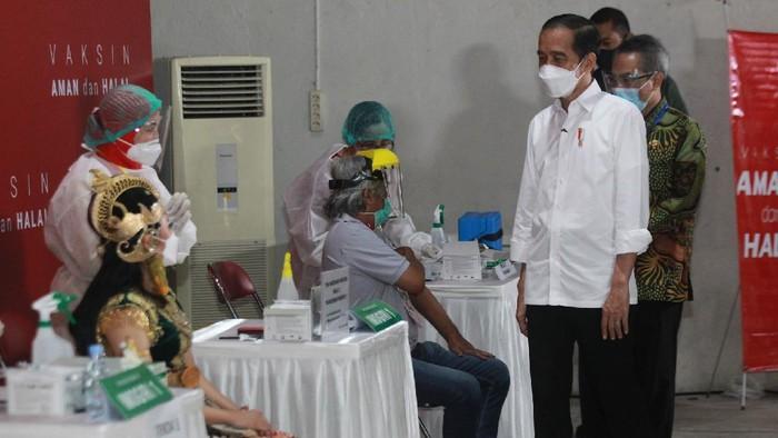 Jokowi meninjau langsung vaksinasi seniman di Bantul