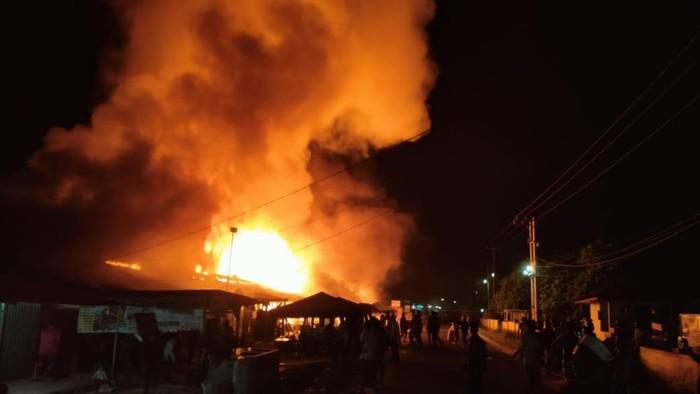 Kebakaran besar terjadi di Pasar Tradisional Tapung Hilir Kampar, Riau, malam tadi. (Dok. Polres Kampar)