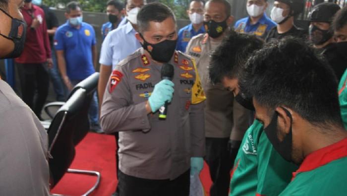 Kapolda Metro Jaya Irjen Fadil Imran memberi nasihat ke pemilik ladang ganja 114,5 ton. Foto dikirim Humas Polres Jakbar.