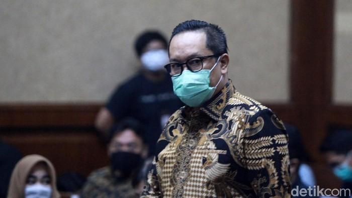 Brigjen Prasetijo Utomo menghadapi sidang vonis kasus red notice Djoko Tjandra. Ia mengepalkan tangan dan memberi hormat saat memasuki ruang sidang Pengadilan Tipikor Jakarta.