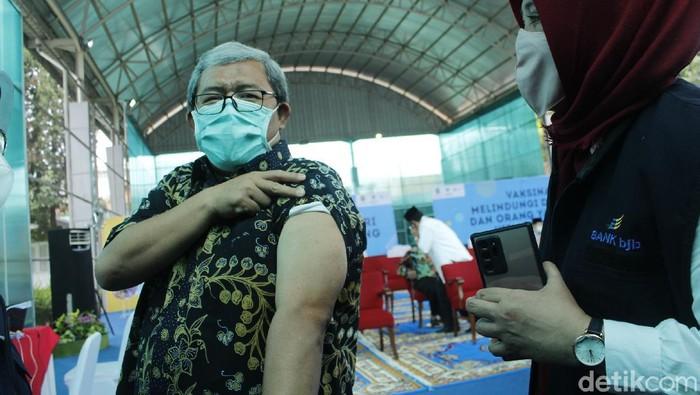 Mantan Gubernur Ahmad Heryawan tidak merasakan efek samping usai divaksin