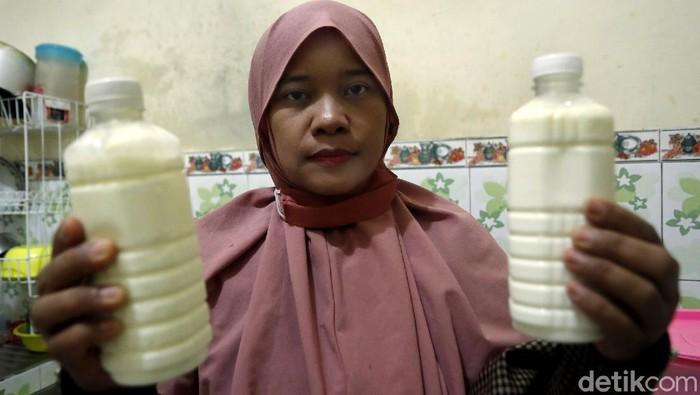 BRI gandeng dosen Universitas Brawijaya latih istri peternak sapi perah di Desa Bocek, Malang, membuat yoghurt. Nantinya, yoghurt itu juga dapat dijual luas.