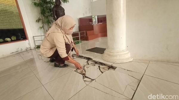 Yusron pun berharap agar ada perhatian dari dinas terkait untuk pembangunan gedung Museum Purbakala Patiayam. Sehingga koleksi - koleksi ribuan fosil dapat disajikan kepada pengunjung lebih menarik. (Dian Utoro Aji/detikTravel)