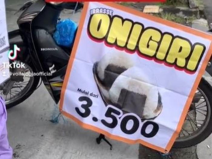 Di Yogyakarta ada penjual onigiri dengan harga terjangkau, hanya Rp 3 ribuan. Ada isian telur, ayam, dan cakalang.