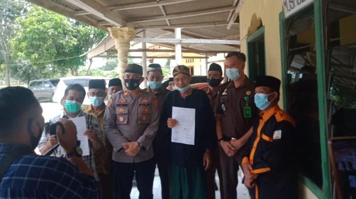 Paranormal di Lampung membuat resah masyarakat karena mengaku bisa memanggil Nabi Muhammad SAW. Polisi hingga MUI akhirnya menangani persoalan tersebut (dok Polres Lampung Tengah)