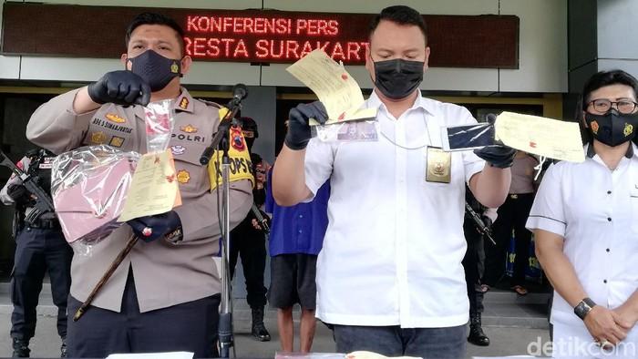 Polisi menunjukkan barang bukti kasus prostiusi anak di Solo