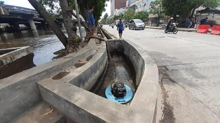 Progres kolam olakan di Jl Re Martadinata untuk mengatasi banjir. Telah diletakan pompa air untuk atasi banjir.