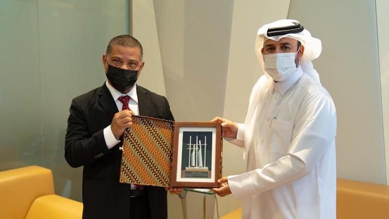 Dubes Ridwan Hassan (kiri) bertemu dengan GM Katara, Prof. Dr. Khalid bin Ibrahim al Sulaiti (kanan) sumber: kbri doha.