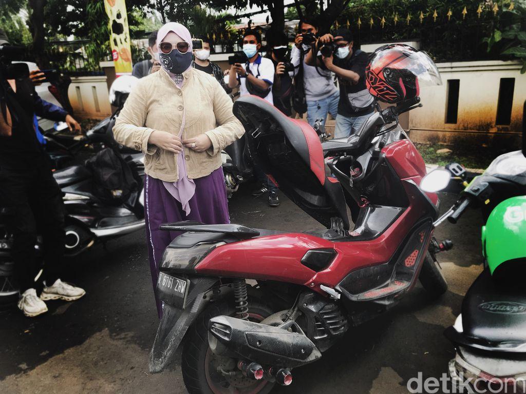 rohimah istri kiwil pakai motor ke sidang vonis cerai