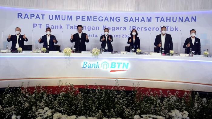 Wakil Direktur Utama PT Bank Tabungan Negara (Persero) Tbk. Nixon LP Napitupulu (ketiga kiri) asyik mengobrol bersama Jajaran Direksi lama dan baru Bank BTN Setiyo Wibowo (kiri) Nofry R. Poetra (kedua kiri,  Elisabeth Novie Riswanti (ketiga kanan), Eko Waluyo (kedua kanan) dan Hirwandi Gafar (kanan) usai penutupan Rapat Umum Pemegang Saham Tahunan (RUPST) 2020, di Jakarta, Rabu (10/3). Dalam RUPST yang digelar tersebut membahas sembilan agenda yang akan diputuskan, di antaranya penggunaan laba bersih tahun 2020 dan perubahan susunan pengurus perusahaan. Pada tahun buku 2020, emiten bersandi saham BBTN mencatatkan perolehan laba bersih yang melonjak 665,71% secara tahunan (year-on-year/yoy) senilai Rp1,60 triliun pada kuartal IV/2020 atau melambung tinggi dari posisi yang sama tahun sebelumnya senilai Rp209 miliar.
