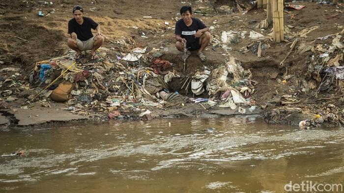 Wakil Gubernur DKI Jakarta Ahmad Riza Patria mengungkap upaya normalisasi sungai kerap terkendala permasalahan pembebasan lahan.