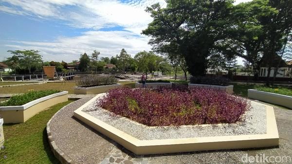 Taman Situs Jambansari ini memiliki hiasan berbagai macam bunga yang melingkar dengan bentuk menyerupai lambang Galuh. (Dadang Hermansyah/detikcom)