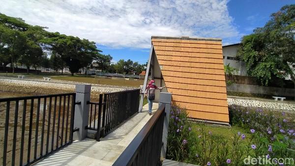 Kolam sumber air yang hanya biasa dipakai pemancingan kini dihasi dengan jembatan yang sangat menarik untuk berfoto ria. (Dadang Hermansyah/detikcom)