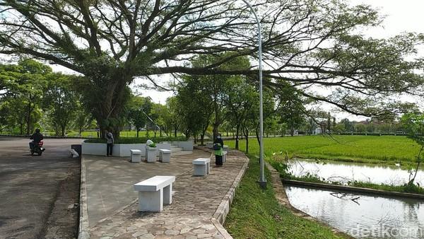 Suasana taman ini sangat hijau dan cocok untuk melepas penat.(Dadang Hermansyah/detikcom)