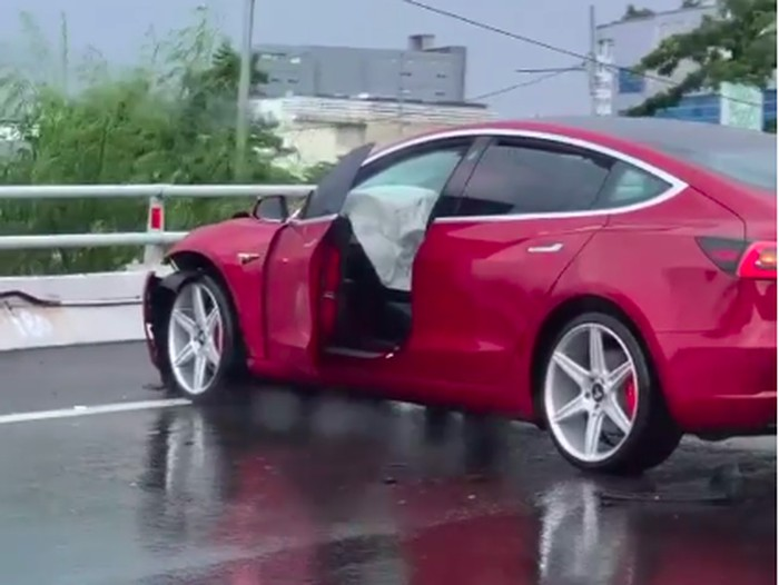 Tesla Model 3 ringsek kecelakaan di Tol Jakarta