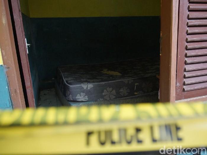 Seorang pensiunan PNS ditemukan tewas oleh wanita yang akan dikencani di kamar hotel kelas melati di Kabupaten Mojokerto. Polisi membawa jenazah korban ke RS Bhayangkara Pusdik Sabhara Porong, Sidoarjo untuk diautopsi.