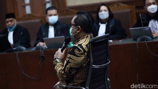 Brigjen Prasetijo Utomo menjalani sidang vonis kasus red notice Djoko Tjandra. Prasetijo divonis 3 tahun dan 6 bulan penjara dan denda Rp 100 juta subsider 6 bulan kurungan.