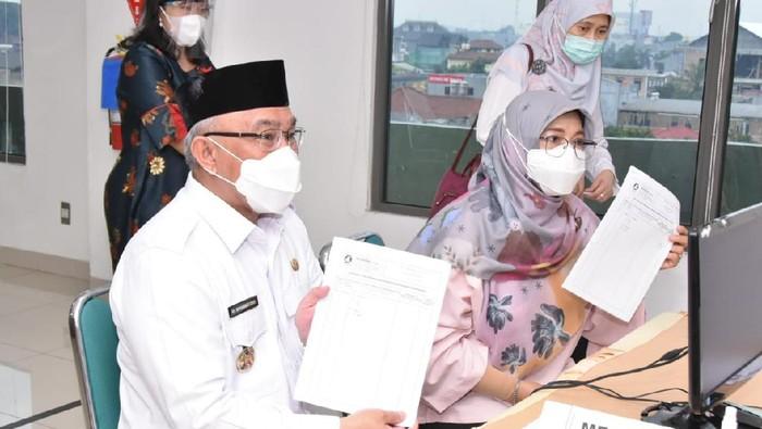 Wali Kota Depok M Idris dan istri Elly Farida menerima vaksin COVID-19. Foto dan data dikirim Humas Pemkot Depok Stratik