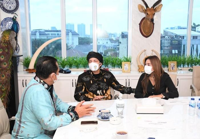 Bambang Soesatyo menerima kunjungan Atta Halilintar dan Aurel Hermansyah, Rabu (10/3/2021).