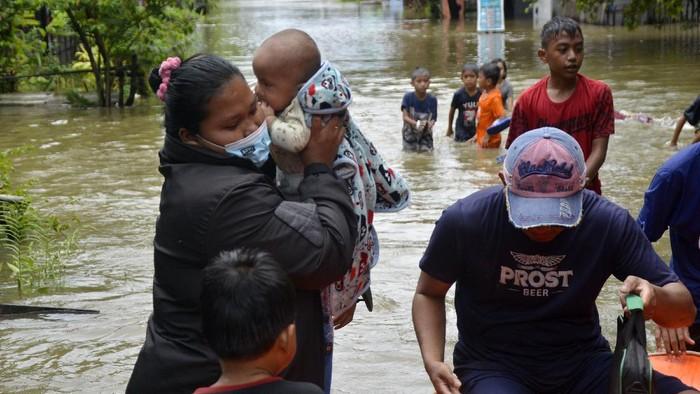 Foto aerial rumah yang terendam banjir di Kecamatan Manggala, Makassar, Sulawesi Selatan, Kamis (11/3/2021). Curah hujan yang tinggi dalam beberapa hari membuat kanal, sungai dan waduk di kota Makassar meluap sehingga mengakibatkan ratusan rumah dan jalan terendam banjir. ANTARA FOTO/Abriawan Abhe