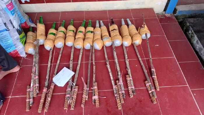 Barang bukti botol berisi bahan peledak yang digunakan nelayan menangkap ikan