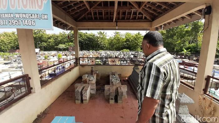 Belasan nisan kayu di tempat pemakaman umum di Kalurahan Piyaman, Wonosari, Gunungkidul, hilang diduga dicuri, Kamis (11/3/2021).
