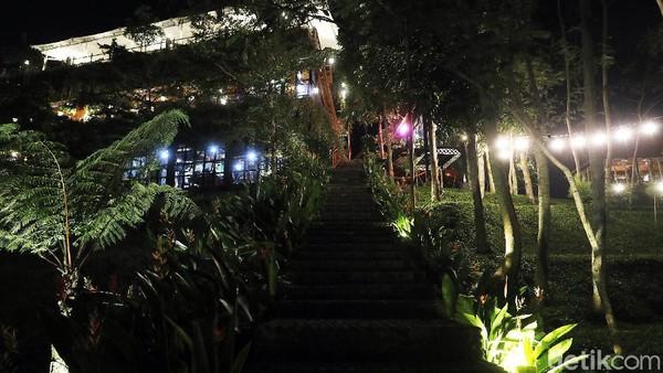 Di malam hari, kafe ini menyediakan live music dan menyulap suasana kafe menjadi teramam dengan lampu-lampu cantik yang menggantung. Meski di masa pandemi, kafe ini tetap ramai. Kendati demikian, protokol kesehatan tetap dijalankan, seperti memberi jarak tempat duduk serta para pegawai yang memakai masker.