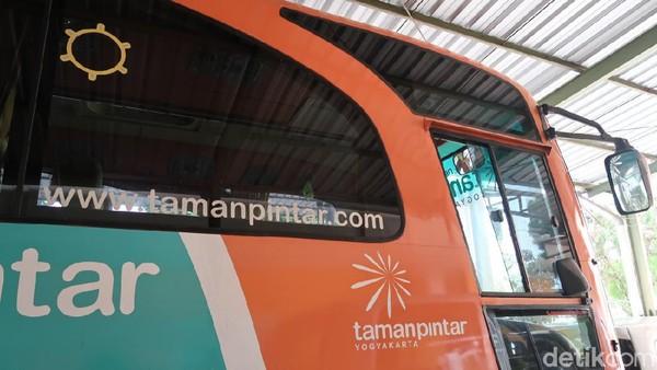 Untuk bisa naik bus gratis ini ada ketentuannya, antara lain berlaku bagi rombongan yang memesan tiket masuk Taman Pintar minimal sebanyak 25 lembar. Selanjutnya, layanan tersebut memiliki jarak tempuh maksimal 1 jam perjalanan dari Taman Pintar atau Kota Yogyakarta menuju lokasi wisatawan. (Pradito Rida Pertana/detikTravel)