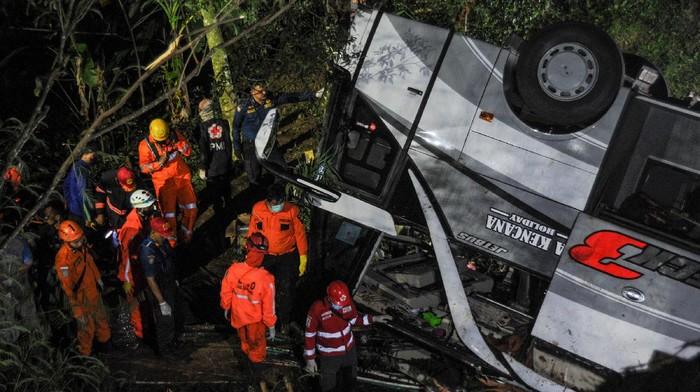 Petugas mengevakuasi korban kecelakaan bus PO Sri Padma Kencana di Wado, Kabupaten Sumedang, Jawa Barat, Rabu (10/3/2021). Hingga Rabu (10/3) malam, petugas kepolisian mencatat sebanyak 22 orang meninggal dunia dalam kecelakaan tersebut dan 28 korban selamat dilarikan ke RSUD Kabupaten Sumedang. ANTARA FOTO/Raisan Al Farisi/rwa.