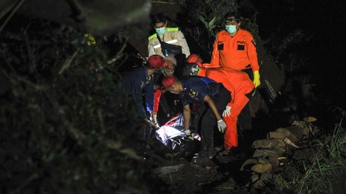 Petugas kepolisian melakukan olah TKP di area kecelakaan bus PO Sri Padma Kencana di Wado, Kabupaten Sumedang, Jawa Barat, Rabu (10/3/2021). Hingga Rabu (10/3) malam, petugas kepolisian mencatat sebanyak 22 orang meninggal dunia dalam kecelakaan tersebut dan 28 korban selamat dilarikan ke RSUD Kabupaten Sumedang. ANTARA FOTO/Raisan Al Farisi/rwa.