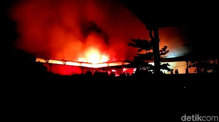 Kebakaran terjadi di Pasar Kota Banjarnegara, Jawa Tengah, Kamis (11/3) sekitar pukul 18.30 WIB. Berikut foto-fotonya.