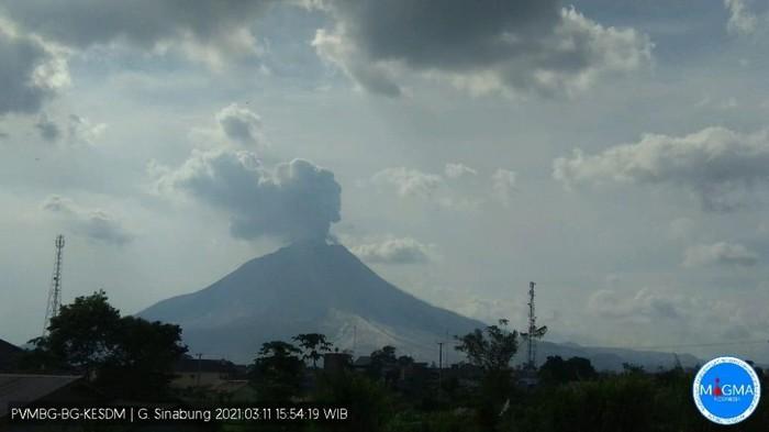 Gunung Sinabung erupsi, Kamis (11/3/2021) sore.